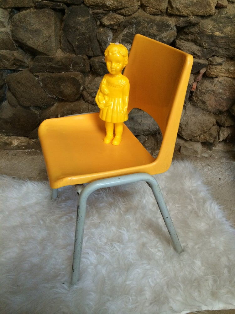 Image of HELLO YELLOW,  chaise BRUNSWICK d'écolier
