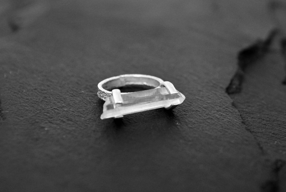 Image of Horisontal ring in 925 silver with crystal
