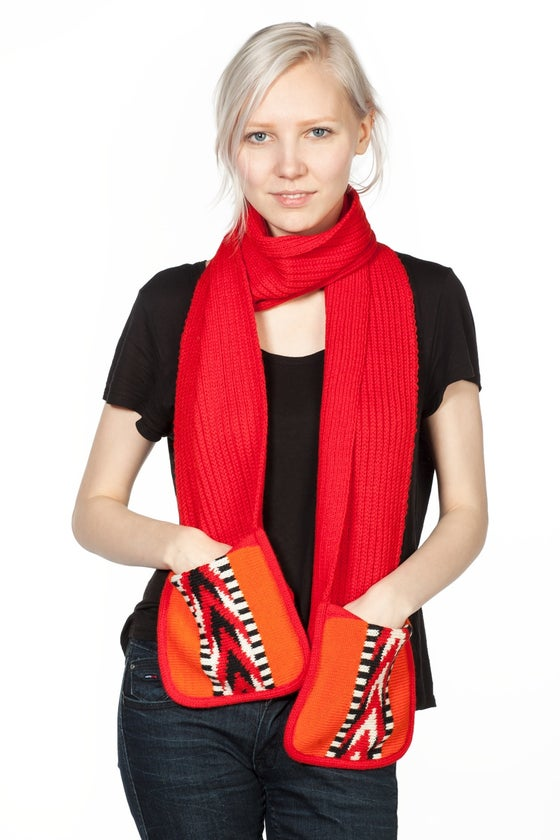 Image of SCARF WITH POCKETS RED