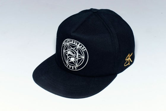 Image of World logo Truckfit Snapback Black/ white Embroidered