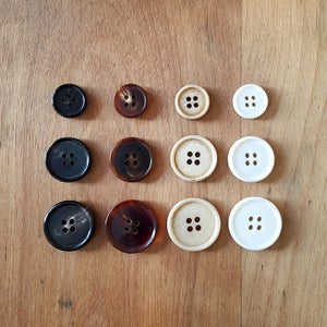Image of Narrow rim buttons (bone/horn)