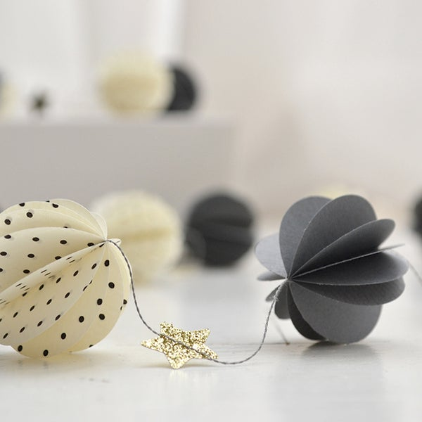 Image of Guirlande sphères grises, étoiles pailletée, sphères pois