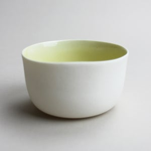 Image of roundie bowl with bumblebee, mustard