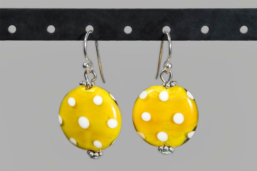 Image of orecchini MINNIE piatti in perle di vetro di Murano