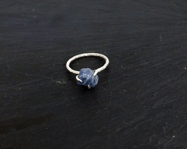 Image of Clawring ruff in 925 silver with a sapphire