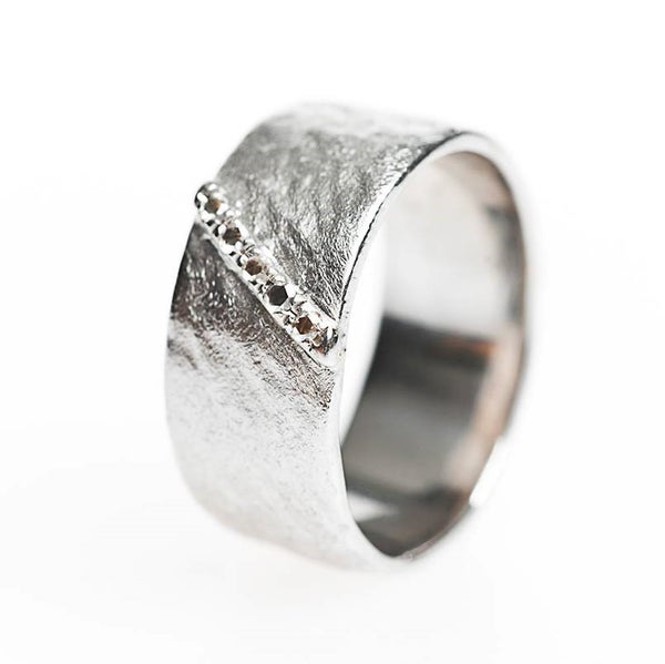 Image of Trouwring schuin gehamerd, trouwringen op maat, unieke trouwringen, verlovingsring, goudsmid