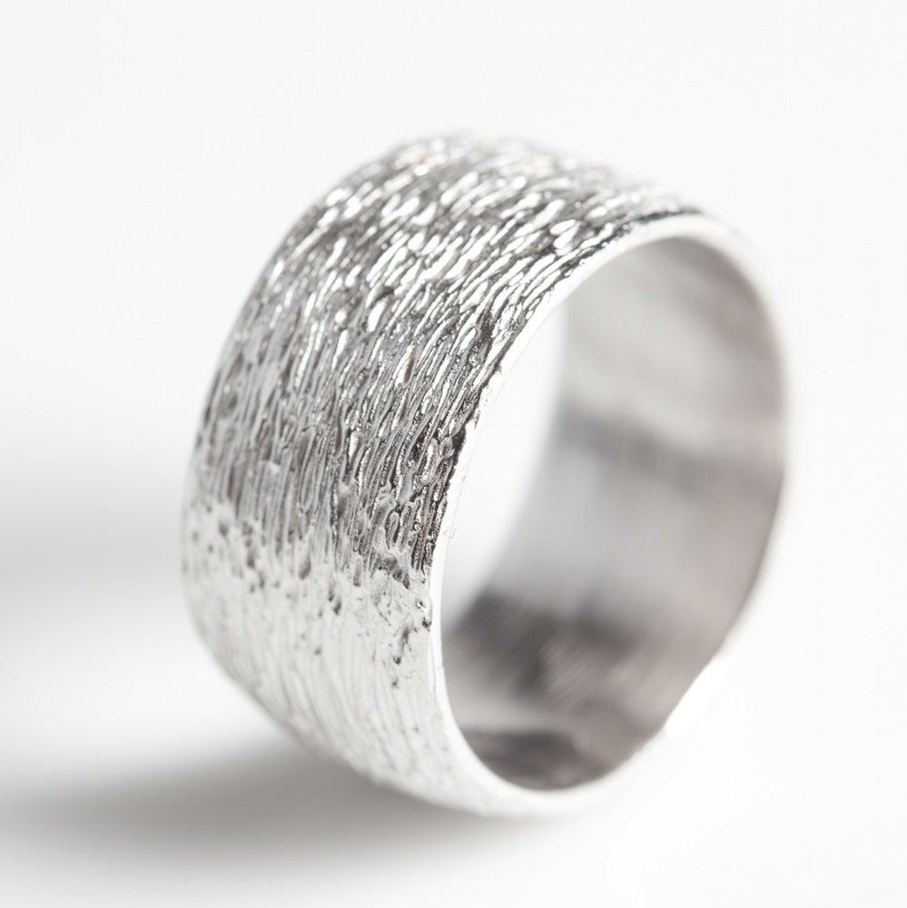 Hanne Schoofs  u2014 Handgemaakte Trouwring met lijntjesmotief, juwelen verkrijgbaar in Antwerpen