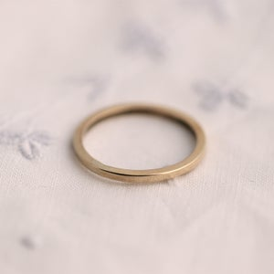 Image of Gold ring square profile in 9ct