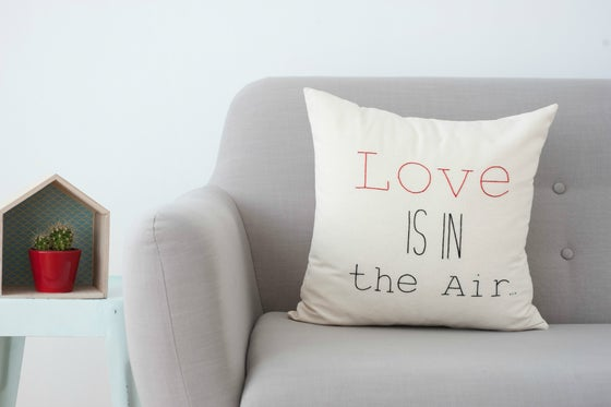 "Image of Cojín ""Love is in the air"" (funda)"