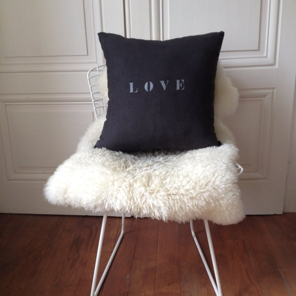 Image of Coussin carbone LOVE argent medium