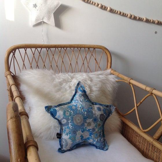 Image of Coussin réversible petite ÉTOILE en Liberty bleu