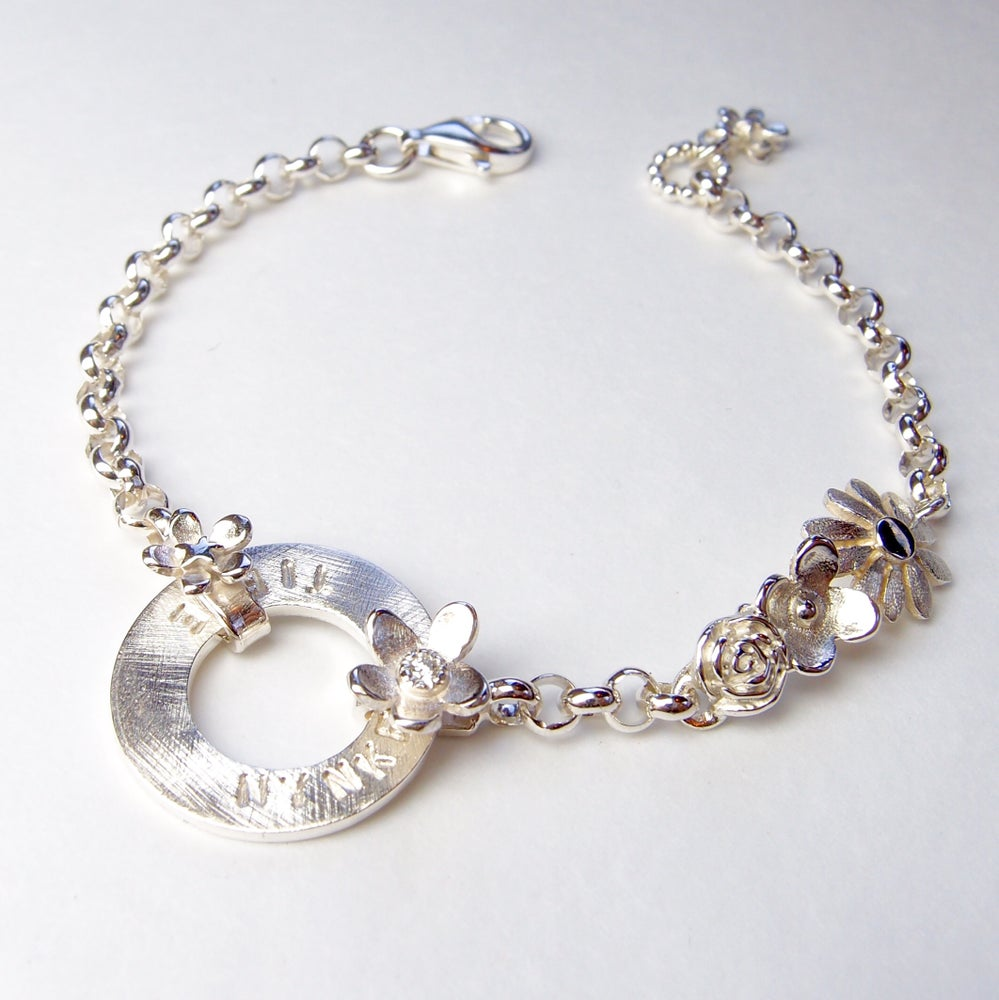 Beeld van Bloemen-armband