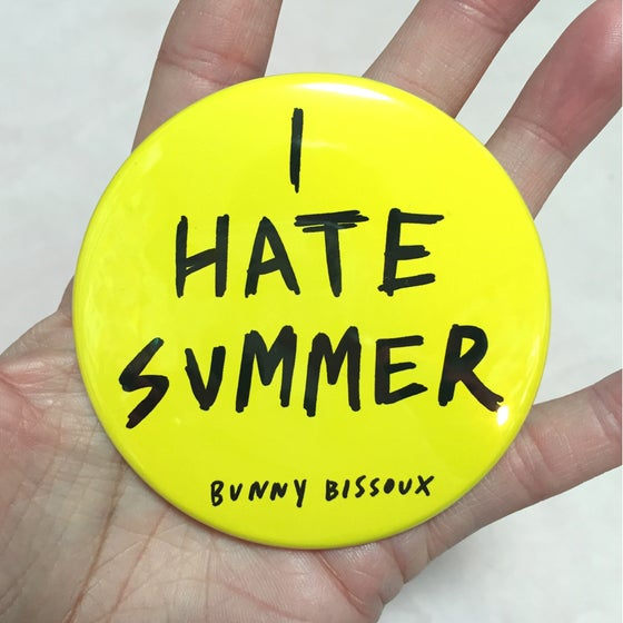 Image of BUNNY BISSOUX 'I HATE SUMMER' big badge 76mm