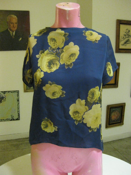 Image of AUTHENTIC JENNI KAYNE HIGH LOW SILK TOP BUTTON BACK NAVY YELLOW ROSES FLORAL TOP