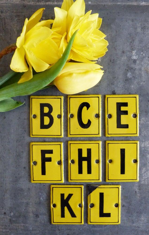 Image of Anciennes plaques émailées lettres. Alphabet