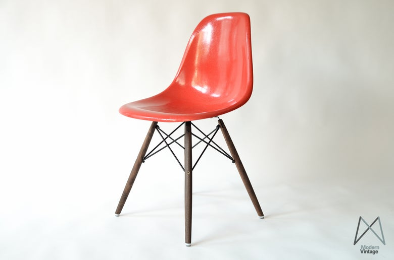 Image of Eames Herman Miller fiberglass side chair in True Red stuhle