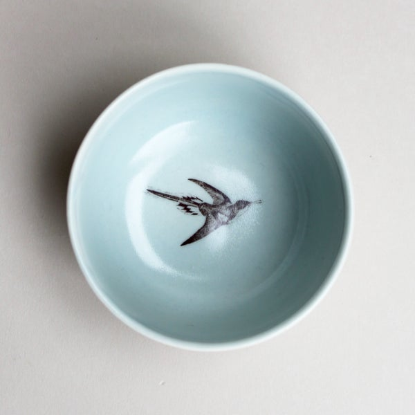 Image of roundie bowl with hummingbird, ocean