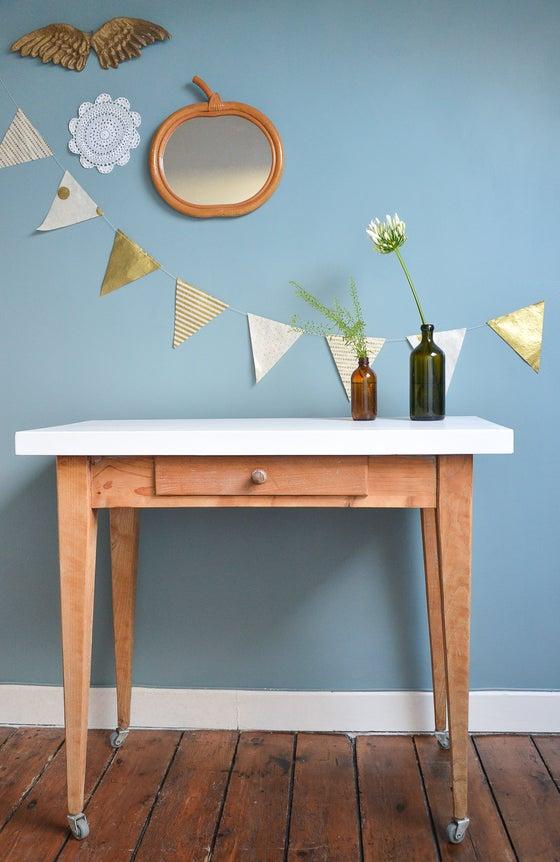 Image of Table en bois sur roulettes