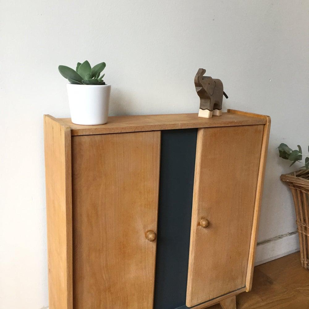 Image of Eugénie, armoire de poupée vintage aux pieds compas