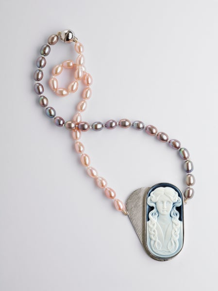 Image of necklace cameo pearls