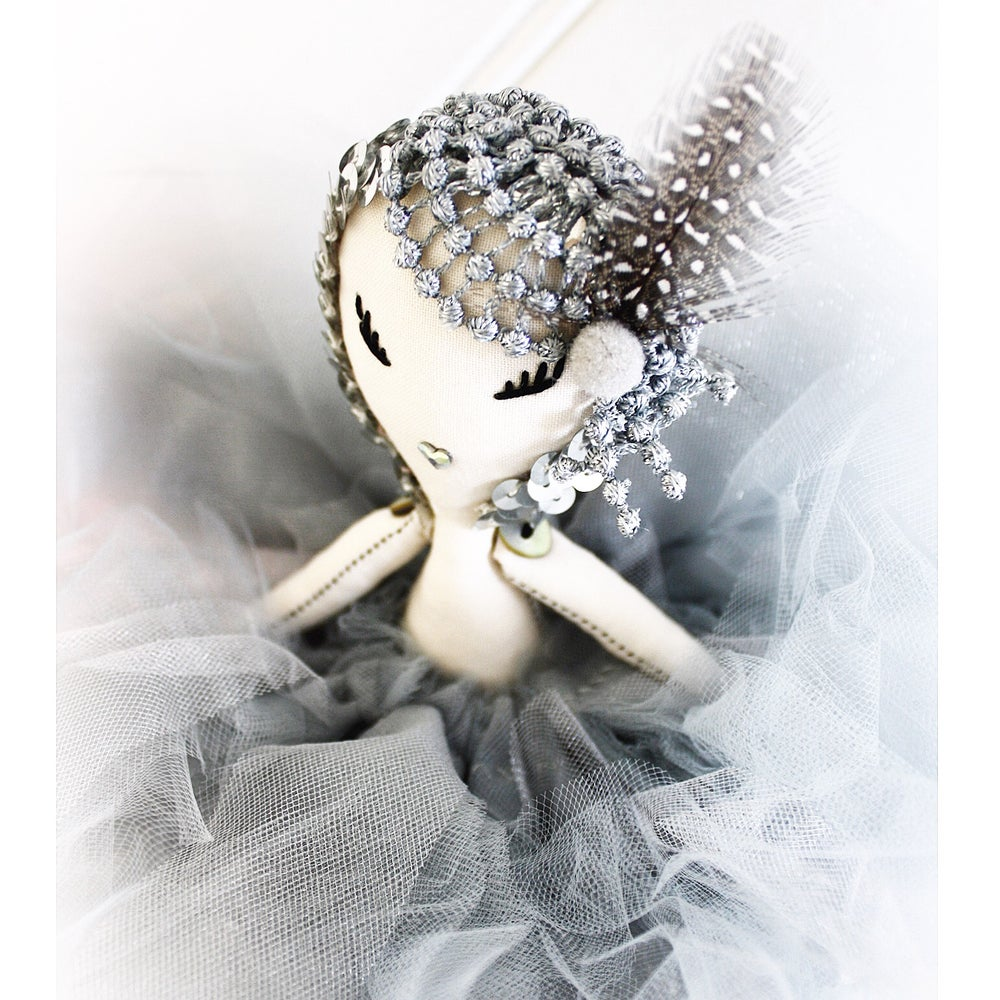 Image of MAVEN MYRTLE - a *LIDO* Maven Miniature