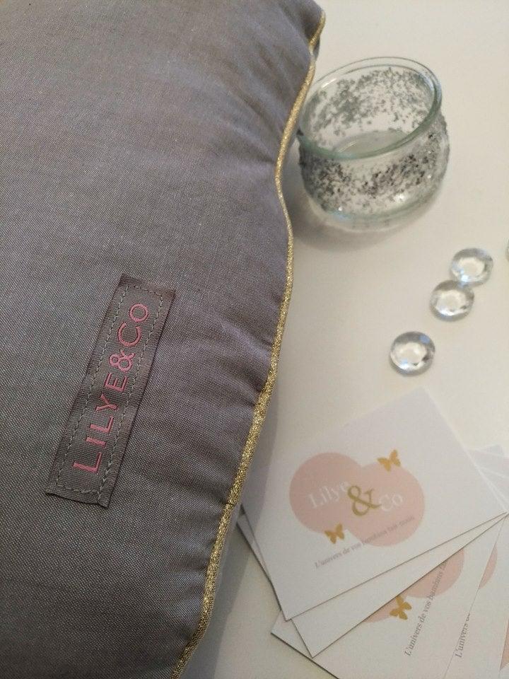 lilyeandco tour de lit nuage beige rose gris et or pour chambre b b inspiration scandinave. Black Bedroom Furniture Sets. Home Design Ideas