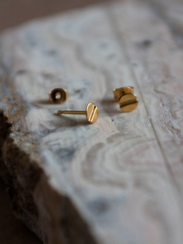 A SMALL SHINY STUD YOUR EAR PIERCED BY A MINI SCREW  Spice up your ear with this cool sparkle.  Diameter of the head is 5mm and is heavy 18k goldplated.  Sold as singles and pairs, this little light catcher is good to mix and match.