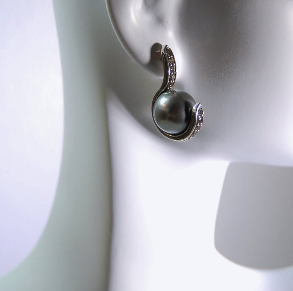 Image of Sable diamonds and pearls earrings