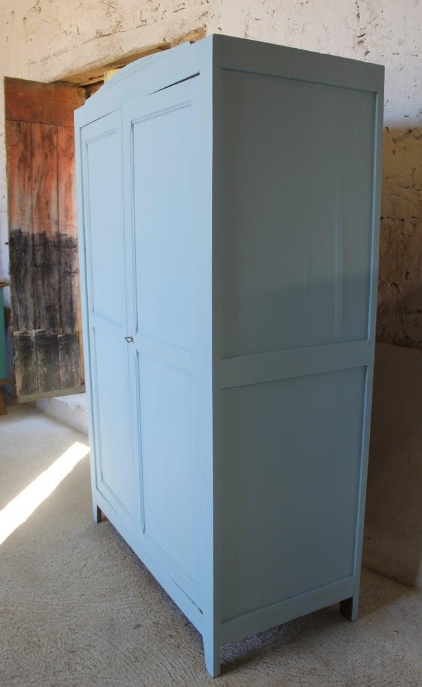 Grande armoire en pin peinte en bleu polaire for Chambre peinte en bleu