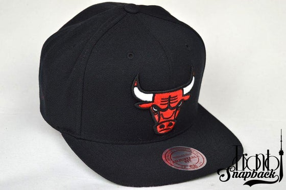 Image of CHICAGO BULLS CURRENT WOOL SOLID BLACK MITCHELL & NESS SNAPBACK