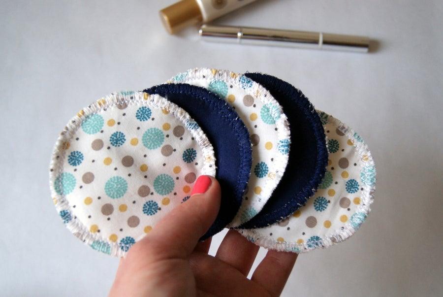 Image of Blue reusable cosmetic pads / Cotons démaquillants lavables bleus