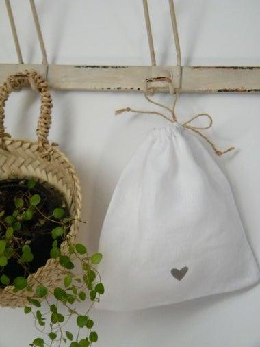 Image of Sac en lin blanc, motif coeur gris