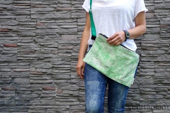 Image of Yan Yan Çanta - Sanatçı Sabunluk Baskılı / Parlak Yeşil, Siyah