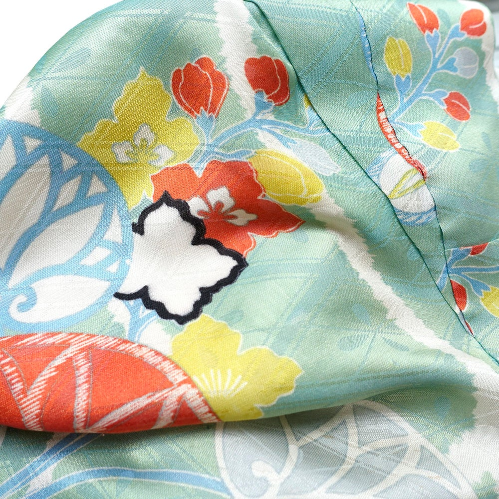 Image of Lysegrøn silke kimono med stockroser og kejsertræ blomster
