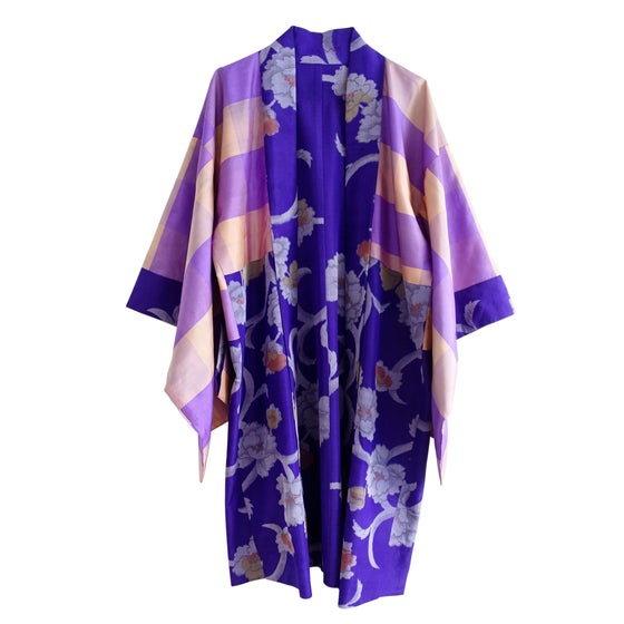 Image of kort kimono i lilla silke med peoner og stribet rosa for