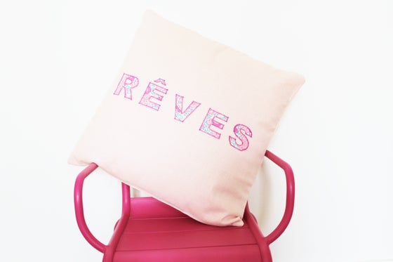 "Image of Coussin en Lin rose inscription ""REVES"" - EN STOCK"