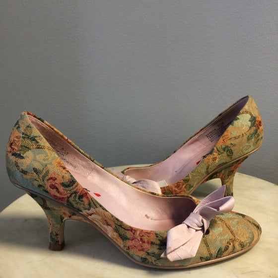 Image of ROMANTIC VICTORIAN TAPESTRY LEATHER BOW PUMPS 8M