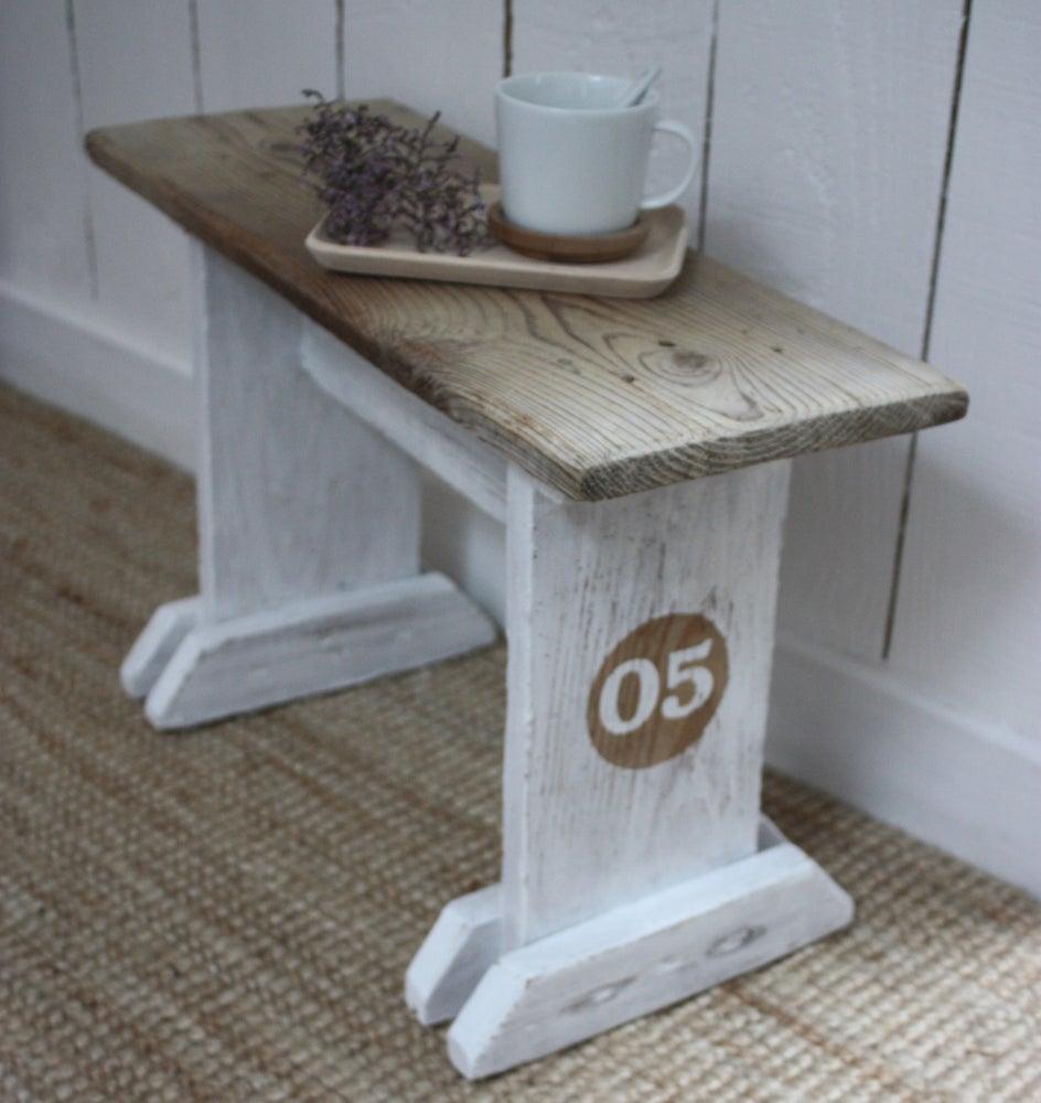 Image of Petit banc ancien en bois.