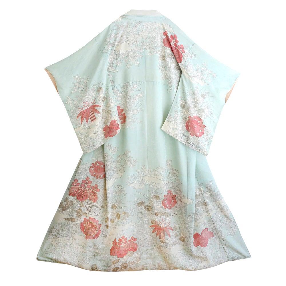Image of Silke kimono lyseblå med hvide og rosa blomster