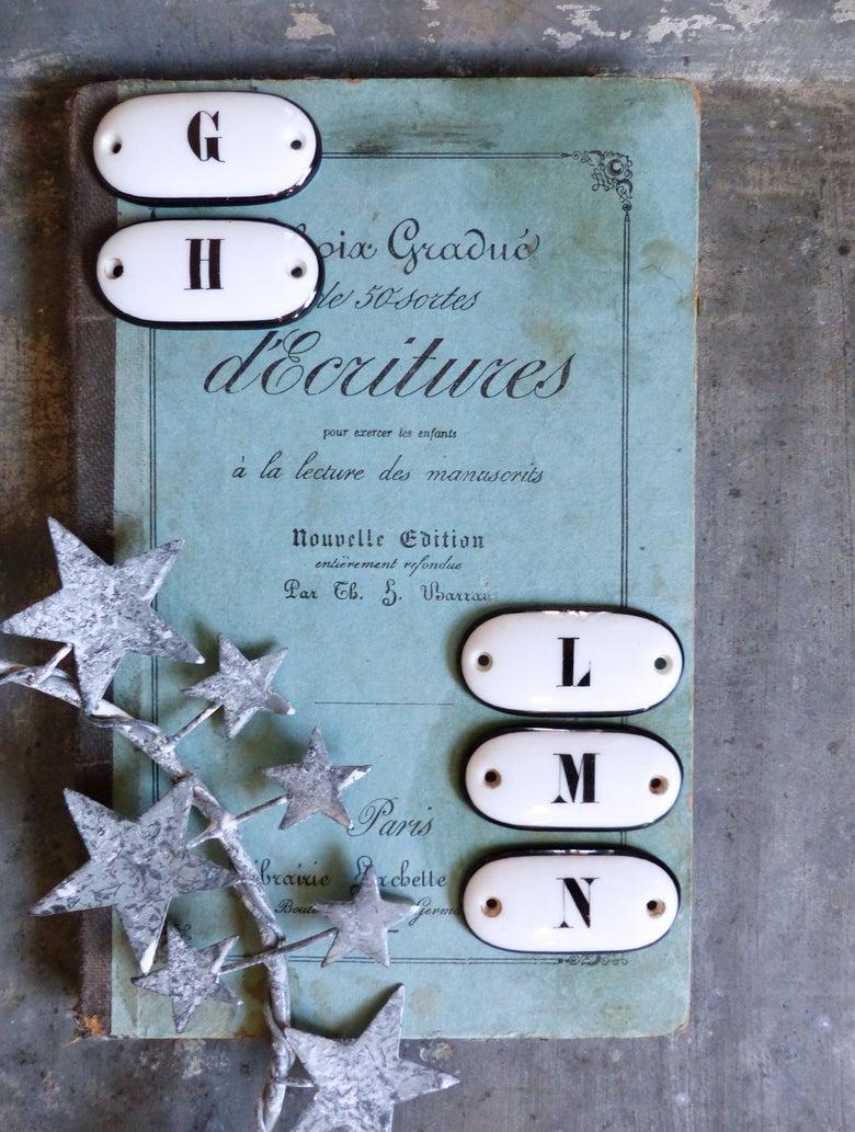 Image of Anciennes petites étiquettes en porcelaine. Lettres de l'alphabet