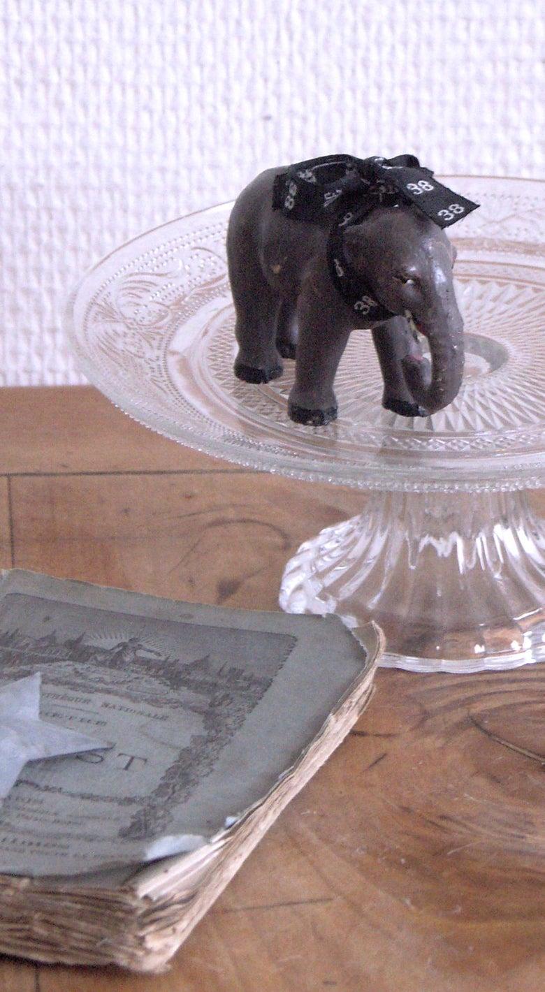 Image of Plat à gâteaux, piedouche en verre moulé