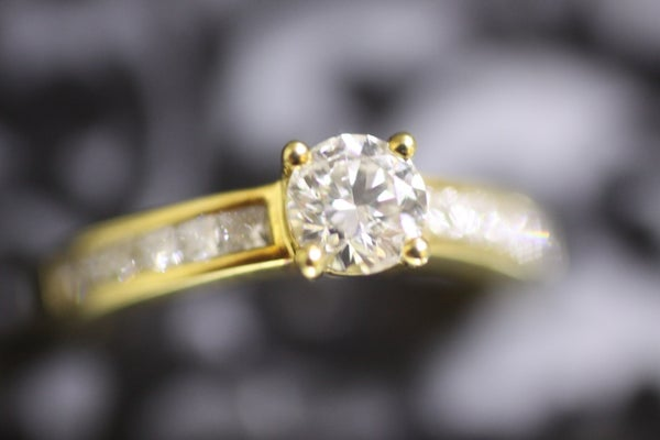 Image of 18 carat Gold Single Solitaire with Diamond Shoulders