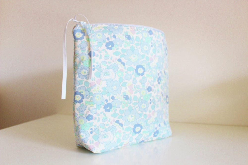 Image of Trousse de Toilette en Liberty Smoky Blue - SUR COMANDE