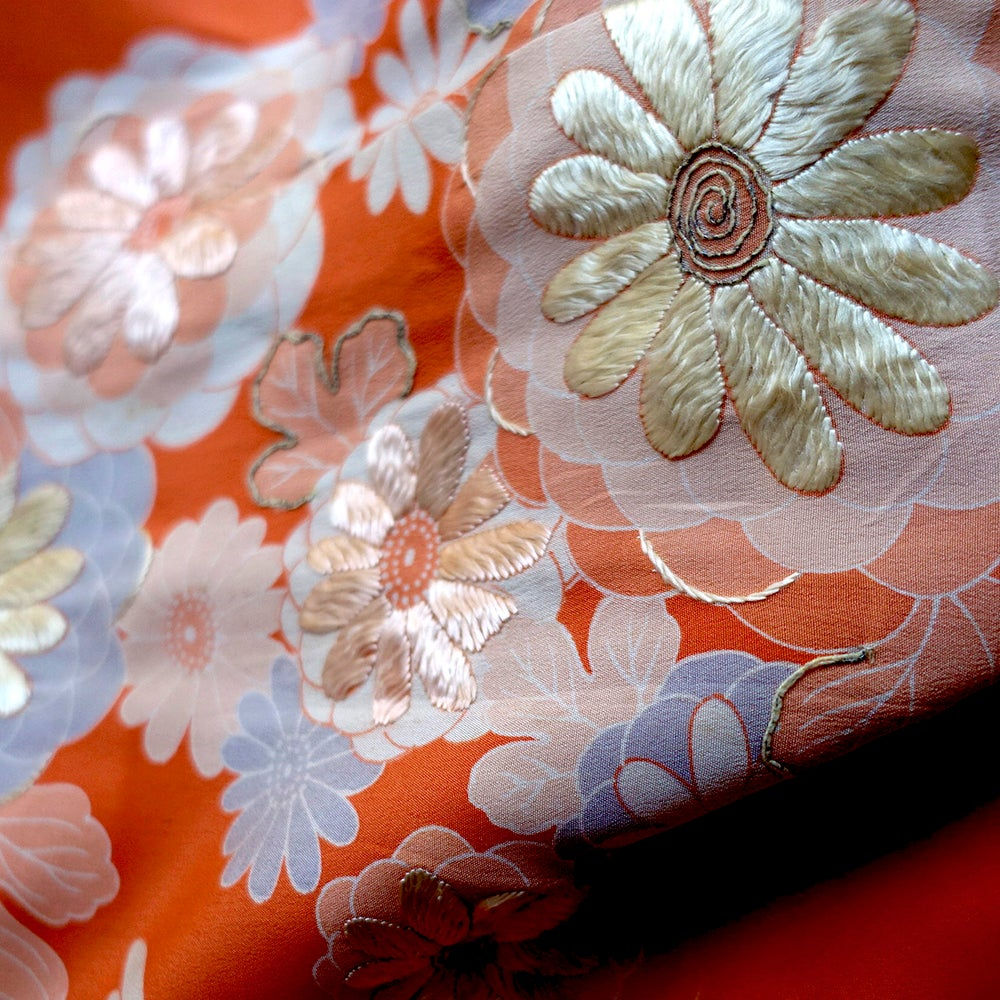 Image of Silke kimono brændt orange med silke broderet krysante-mum