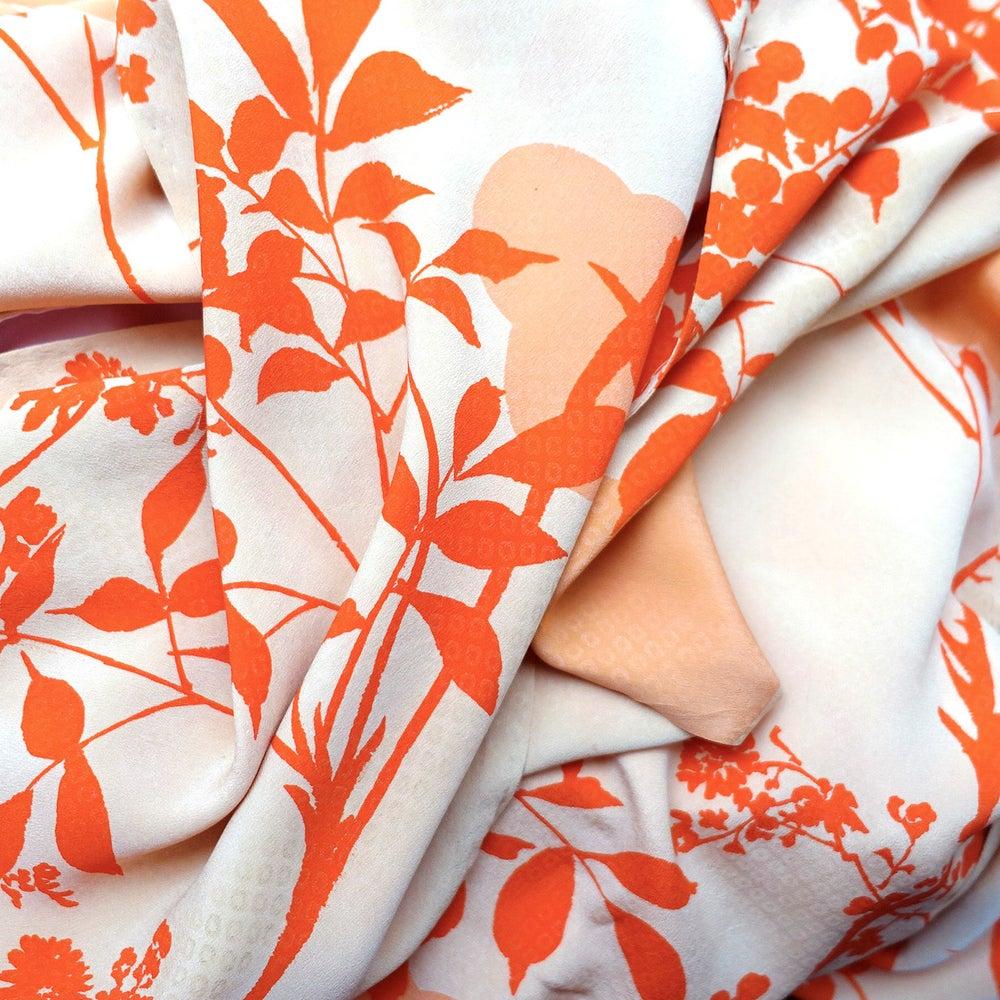Image of Silke kimono blomstret med orange blade og rosa for