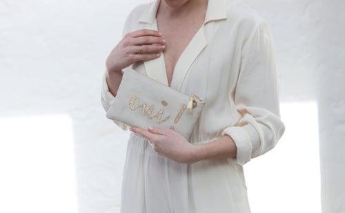 Image of Pochette *OUI !* écrue et dorée.