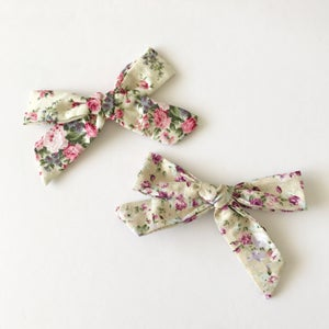 """Image of 5.5"""" Floral Bows"""