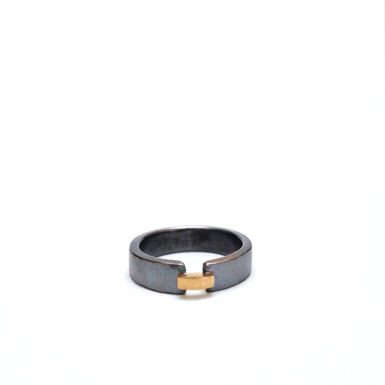 Image of bridge ring in 18k yellow gold and oxidized silver