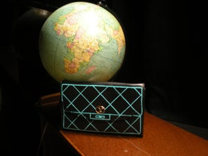 Image of Sac/pochette en cuir noir, dessin turquoise.
