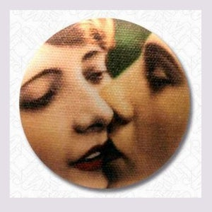 Image of Bouton the lovers kiss
